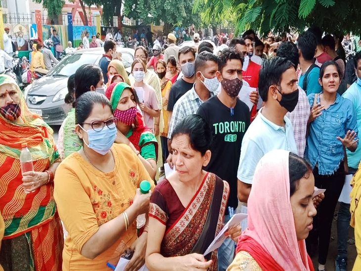 अजमेर के राजकीय गर्ल्स कॉलेज में प्रवेश के लिए लगी अभ्यर्थियों की कतार।