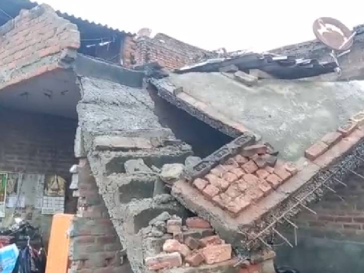 बारिश के चलते गिरा विधवा का घर; विधायक ने कहा- राष्ट्रीय आपदा राहत कोष से दिलाएंगे मदद|फिरोजाबाद,Firozabad - Dainik Bhaskar