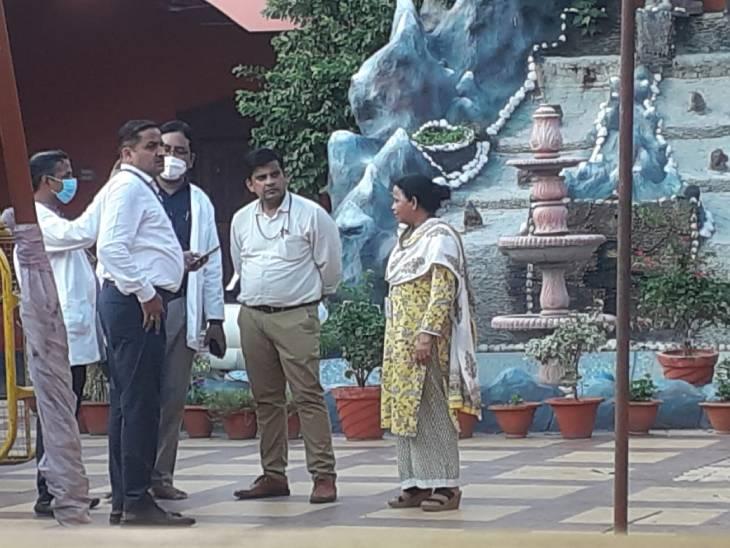 बाघंबरी मठ में क्राइम सीन का रिक्रिएशन किया, पंखा चल रहा था या बंद था; इसका ठीक से जवाब नहीं दे सके सेवादार|प्रयागराज (इलाहाबाद),Prayagraj (Allahabad) - Dainik Bhaskar