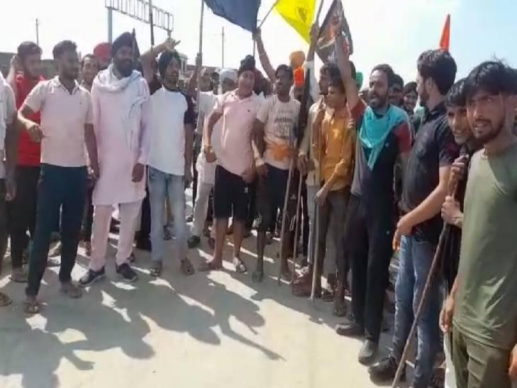 शोक सभा में भाजपा सांसद को होना था शामिल, प्रदर्शनकारियों ने रास्ता किया जाम शामली,Shamli - Dainik Bhaskar