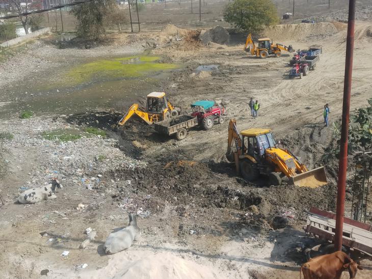 रामवीर कहते हैं कि हमें जैसे ही कहीं पता चलता है कि पानी की कमी है या तालाब सूख गया है तो हम अपनी टीम के साथ वहां पहुंच जाते हैं और काम शुरू कर देते हैं।