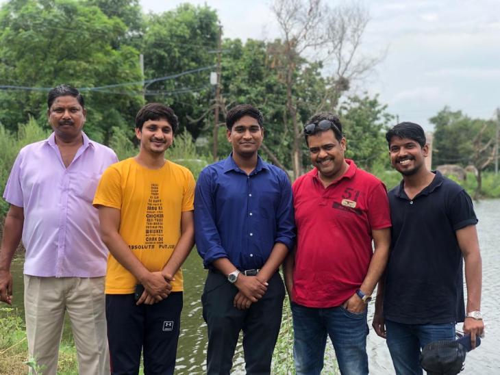 रामवीर तंवर (बीच में) ने ग्रेटर नोएडा से इंजीनियरिंग की पढ़ाई की है। कुछ साल तक उन्होंने एक कंपनी में नौकरी भी की है।