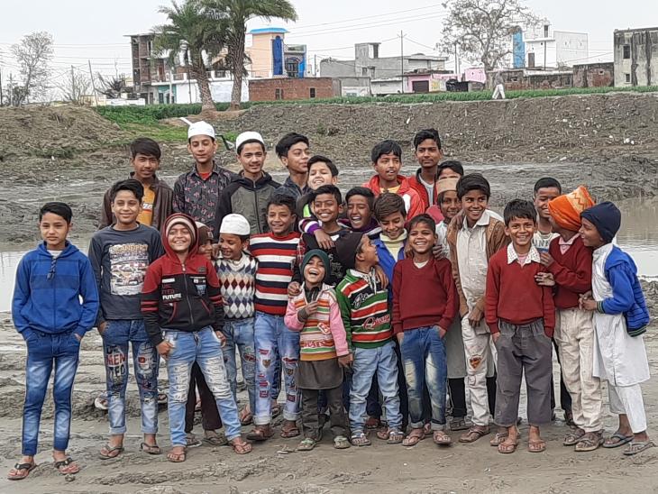 रामवीर गांव के बच्चों के साथ मिलकर लोगों को पानी बचाने के लिए जागरूक करते हैं। बच्चे भी बड़े उत्साह के साथ उनकी मुहिम में साथ देते हैं।