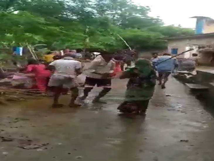 हमले में 6 लोग हुए घायल, बकरी बांधने को लेकर हुआ था विवाद फर्रुखाबाद,Farrukhabad - Dainik Bhaskar