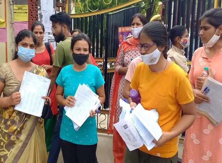 अजमेर के राजकीय कन्या महाविद्यालय (सावित्री कॉलेज) में परीक्षा की पहली पारी समाप्त होने पर अभ्यर्थियों ने बाहर निकल कर हंगामा किया। उनका कहना था कि पेपर के दौरान कक्ष में घड़ी नहीं थी, इसलिए अंदाजा नहीं लग पाया कि कब ढाई घंटे हो गए। इसके कारण वे OMR शीट पूरी नहीं भर पाए।