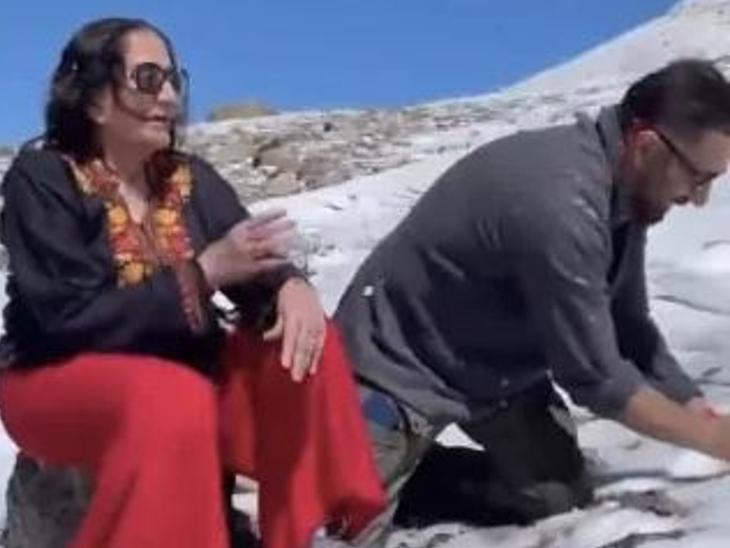 मां प्रकाश कौर के साथ बर्फ से खेलते नजर आए सनी देओल, माधुरी दीक्षित की पहली वेब सीरीज 'फाइंडिंग अनामिका' का फर्स्ट लुक आउट|बॉलीवुड,Bollywood - Dainik Bhaskar