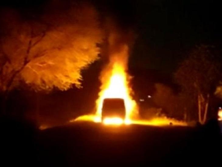 रास्ते में कार की अगले हिस्से में लगी आग, ग्रामीणों और हाईवे पुलिस ने 30 मिनट की कड़ी मशक्कत के बाद पाया आग पर काबू|सीकर,Sikar - Dainik Bhaskar