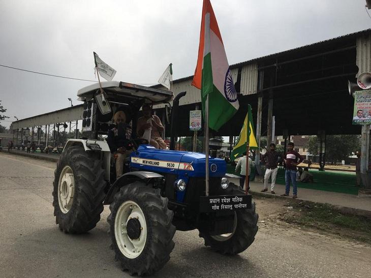 महापंचायत में ट्रैक्टर पर पहुंचे किसान।