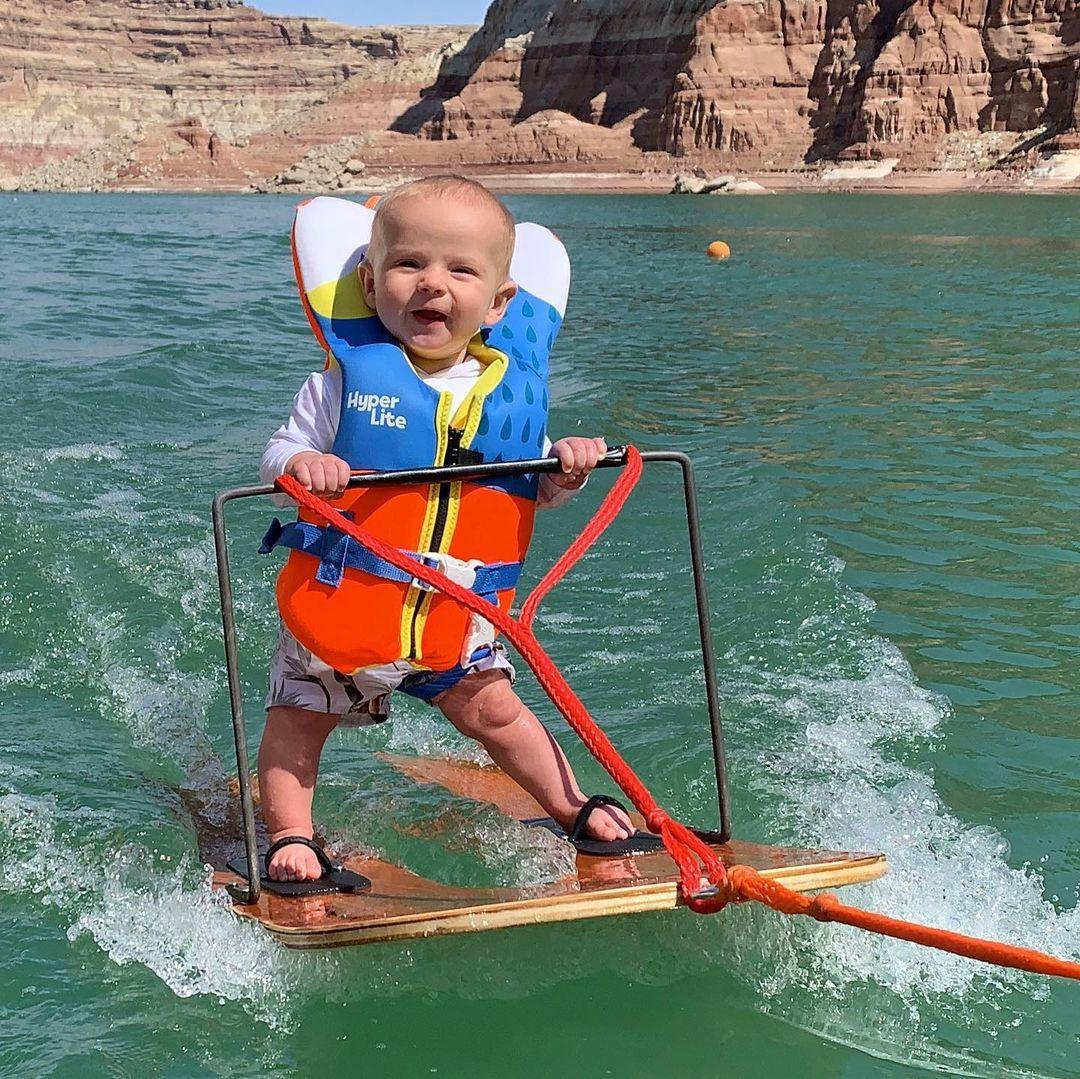 वॉटर स्कीइंग करता हुआ नन्हा बच्चा रिच हम्फ्रीज।
