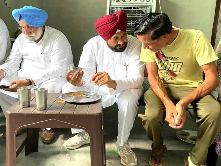 किसान के घर लंच करते CM चरणजीत सिंह चन्नी।