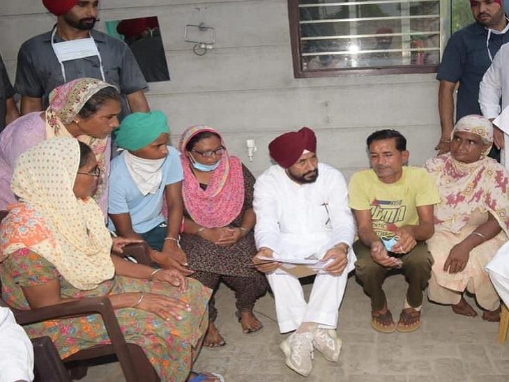 गांव में लोगों से बात करते CM चरणजीत चन्नी।