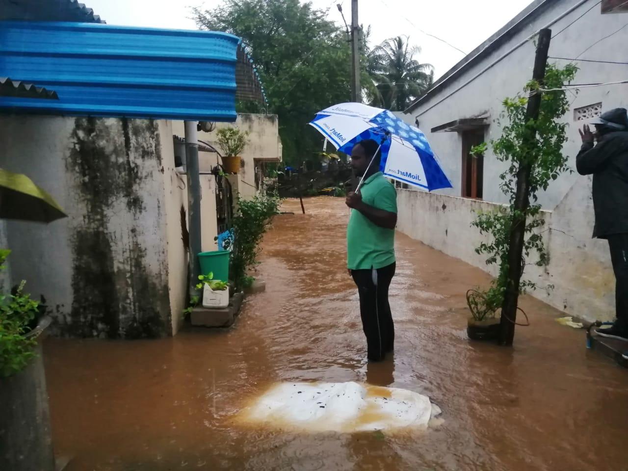 आंध्र प्रदेश के विशाखापट्टनम में साइक्लोन के असर से भारी बारिश हुई और घरों में पानी भर गया।