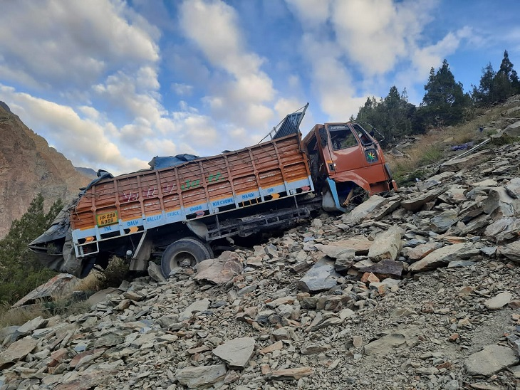 मनाली-लेह मार्ग पर दारचा के पास खाई में गिरा ट्रक; गाड़ी की दोनों सवारियों की मौत, अभी नहीं हुई शिनाख्त शिमला,Shimla - Dainik Bhaskar