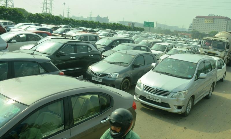 भारत बंद रहा बेअसर, दिल्ली में एंट्री से पहले हुई चेकिंग से कई घंटे तक हाईवे पर लगा ट्रैफिक जाम|गुड़गांव,Gurgaon - Dainik Bhaskar