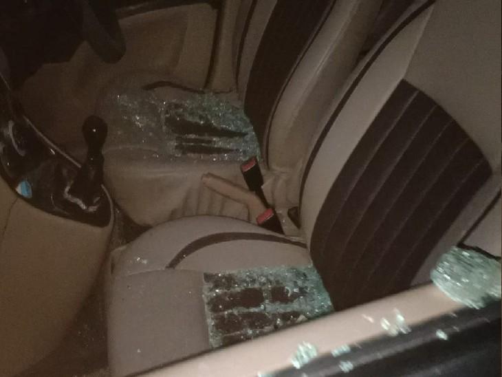 हमलावरों ने गाड़ी में भी तोड़फोड़ की।