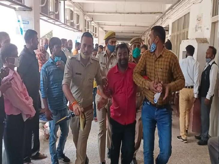 दबंगों ने जमीन पर कर रखा है जबरन कब्जा, परेशान पति-पत्नी बच्चों को लेकर पहुंचे जिलाकचहरी, पेट्रोल डालते ही वकीलों ने पकड़ लिया|प्रयागराज (इलाहाबाद),Prayagraj (Allahabad) - Dainik Bhaskar