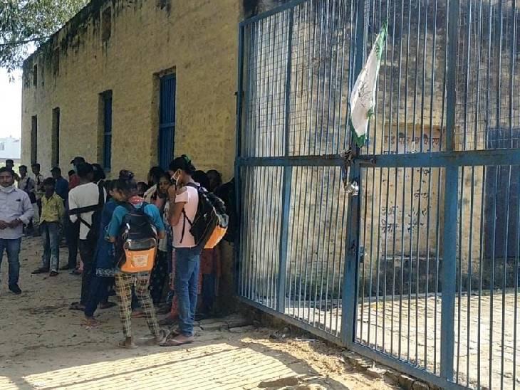 हापुड़ में ही गांव जरोठी में भाकियू कार्यकर्ताओं ने प्राथमिक विद्यालय पर ताला लगा दिया। स्कूल पर अपना झंडा लगाते हुए विरोध प्रदर्शन किया। स्कूल बंद होने के बाद बच्चों को बाहर निकाला गया और उन्हें अपने अपने घर भेज दिया गया।