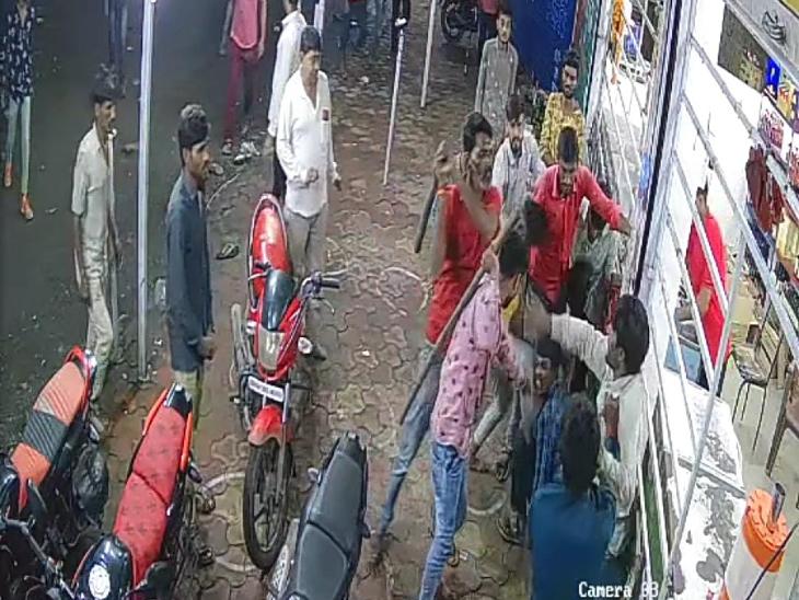 रतलाम में शराब दुकान के कर्मचारियों को लाठी-डंडों से पीटा, तीन घायल; मोबाइल का रुपए नहीं लौटाने से थे गुस्से में|रतलाम,Ratlam - Dainik Bhaskar