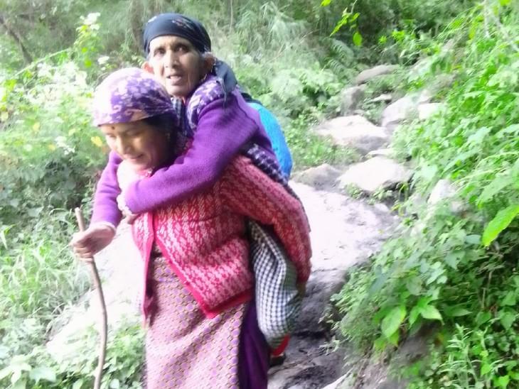 सैंज घाटी की दुर्गम पंचायत से पेट में तेज दर्द की शिकायत पर 83 साल की महिला को 10 किमी पैदल चलकर पहुंचाया सड़क मार्ग तक|कुल्लू,Kullu - Dainik Bhaskar