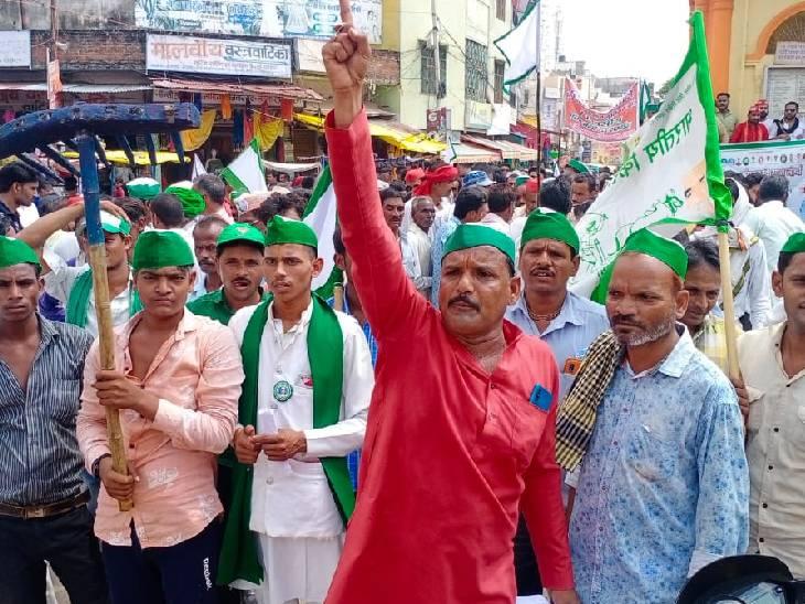 यहां किसान आंदोलन को समर्थन देते हुए सपा कार्यकर्ताओं ने भी धरना प्रदर्शन किया।