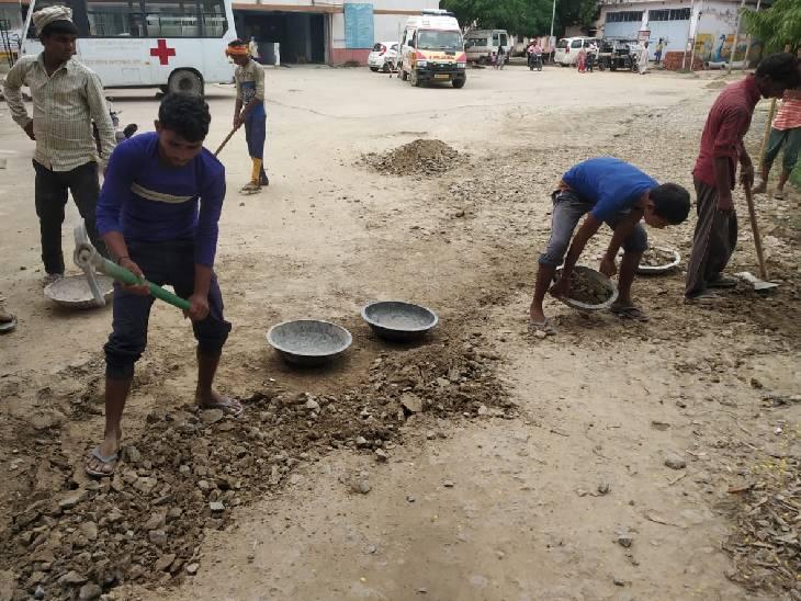 राजकीय मेडिकल कॉलेज के बाहर तेजी से हो रही साफ-सफाई व निर्माण कार्य, परिसर में बने गहरे गड्ढों की हो रही मरम्मत|शाहजहांपुर,Shahjahanpur - Dainik Bhaskar