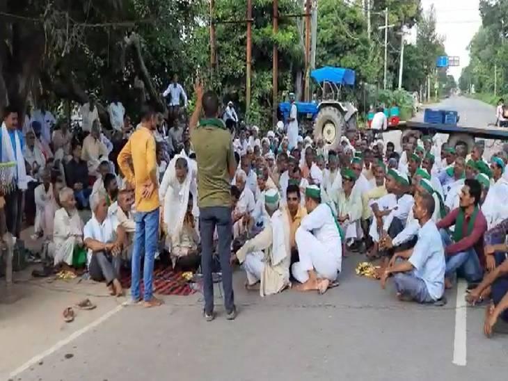 गाड़ियों का लगा लंबा जाम, मौके पर भारी पुलिस बल रहा तैनात; एम्बुलेंस को दिया गया मार्ग अमरोहा,Amroha - Dainik Bhaskar