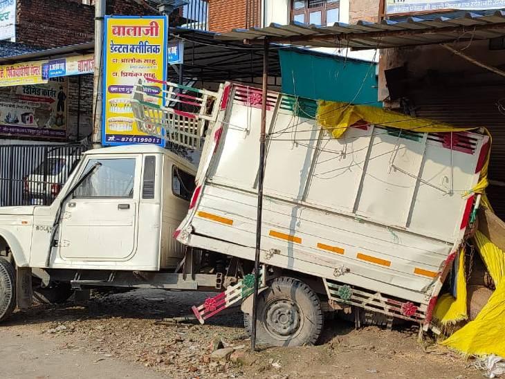 सड़क किनारे खड़ी पिकअप में डीसीएम ने मारी टक्कर, दुकान की दीवार तोड़कर घुसी अंदर; बाल-बाल बचा परिवार|अमेठी,Amethi - Dainik Bhaskar