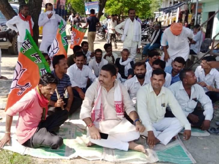 सरकार विरोधी काम करने का आरोप लगाया, बोले- जब तक थानाध्यक्ष को हटाया नहीं जाएगा, बैठे रहेंगे सीतापुर,Sitapur - Dainik Bhaskar