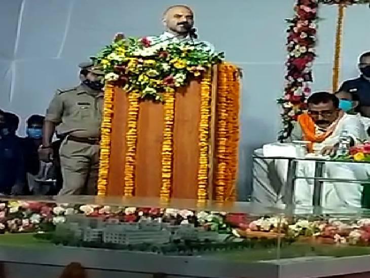 भाजपा विधायक ने सपा राष्ट्रीय सचिव को मदारी बोला, तो उन्होंने बुलाया बंदर, कहा- मदारी डमरू बजाता है और बंदर नाच दिखाता है|चंदौली,Chandauli - Dainik Bhaskar