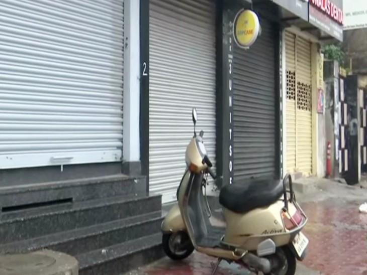 संयुक्त किसान मोर्चा के आह्वान पर भारत बंद के चलते हैदराबाद में दुकानें बंद दिखीं।