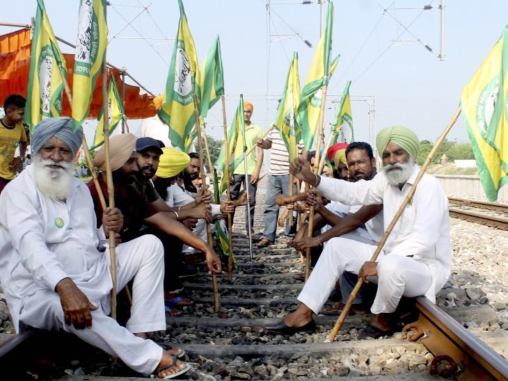 भारतीय किसान यूनियन उग्राहां के सदस्यों ने पटियाला के पास ढाबलान गांव में किसानों की भारत बंद हड़ताल के दौरान रेलवे ट्रैक को ब्लॉक कर दिया।