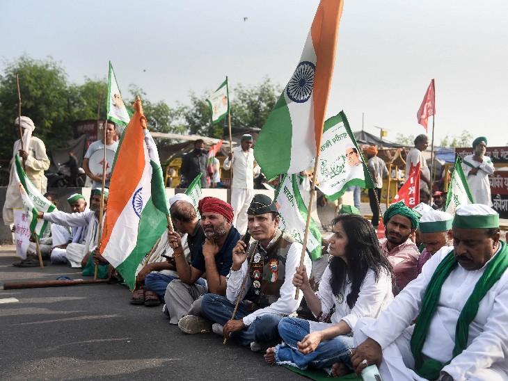 नई दिल्ली में गाजीपुर सीमा पर भारत बंद की हड़ताल के दौरान समर्थकों के साथ किसानों ने सड़क जाम की।