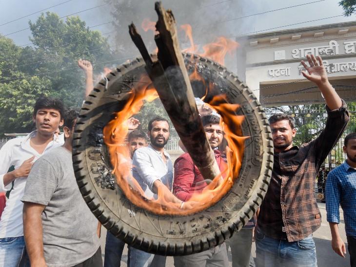 पटना में भारत बंद का समर्थन करने के लिए लोगों ने टायर जलाए।