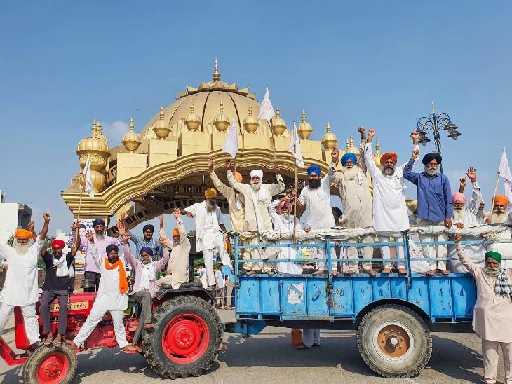 अमृतसर में भारत बंद की हड़ताल के दौरान विभिन्न संगठनों के किसानों ने गोल्डन गेट पर विरोध प्रदर्शन किया।