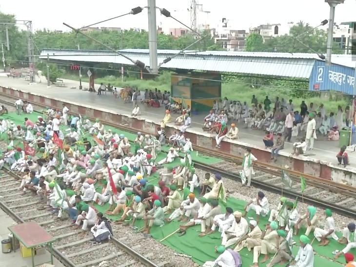 हरियाणा में प्रदर्शनकारी किसान बहादुरगढ़ रेलवे स्टेशन के ट्रैक पर बैठकर अपना विरोध जता रहे हैं।
