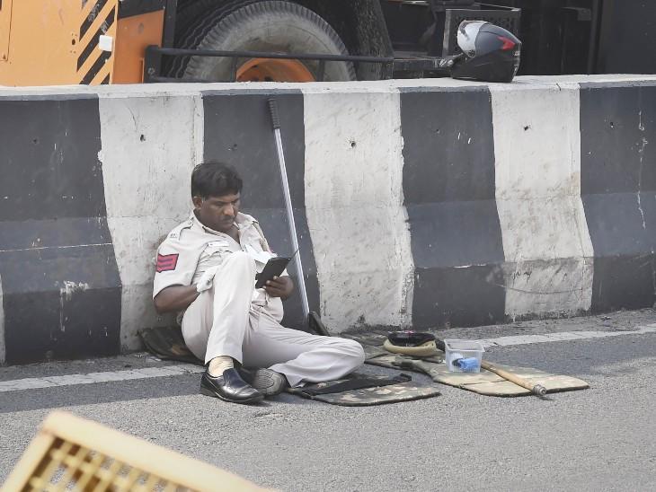 यह फोटो गाजीपुर बॉर्डर की है। भारत बंद के दौरान सड़क किनारे पुलिसकर्मी को कुछ इस तरह आराम करते देखा गया।