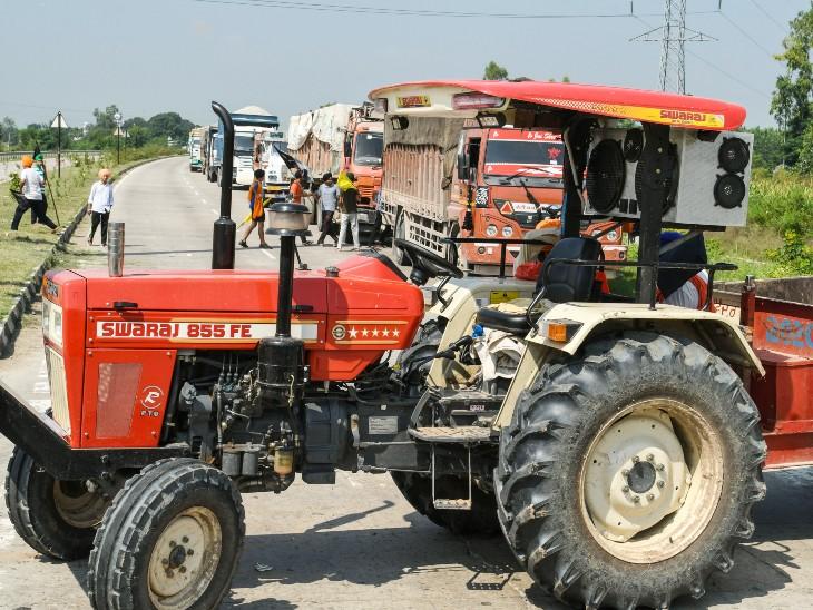 पंजाब के रोपड़ में प्रदर्शनकारी किसानों ने ट्रैक्टर लगाकर सड़क बंद कर दी।