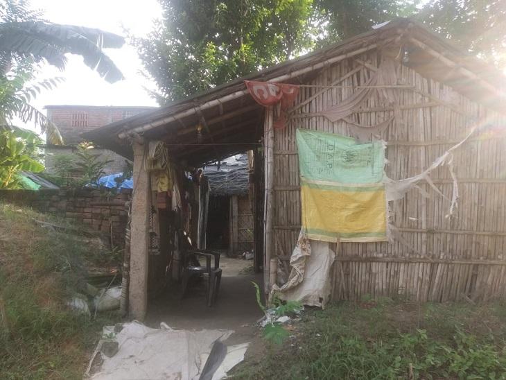 रामेश्वर सिंह का परिवार इसी फूस की झोपड़ी में रह रहा है।