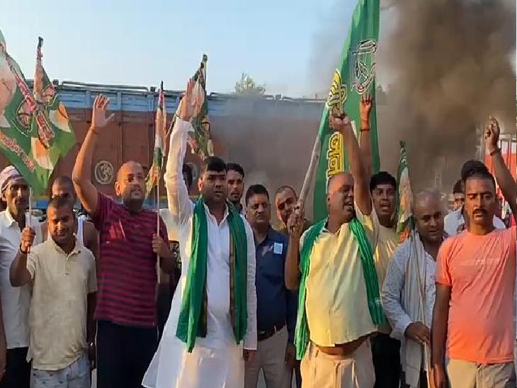 हाजीपुर-मुजफ्फरपुर रोड पर प्रदर्शन करते राजद कार्यकर्ता।