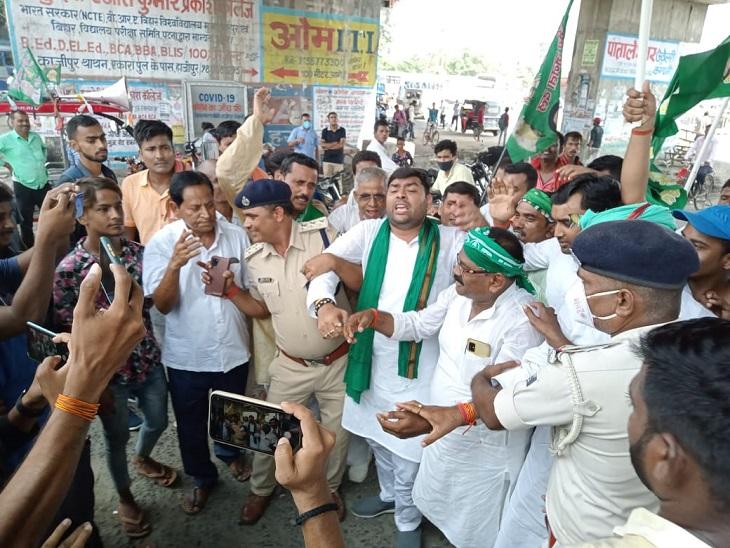 हाजीपुर में राजद विधायक को गिरफ्तार कर ले जाती वैशाली पुलिस।