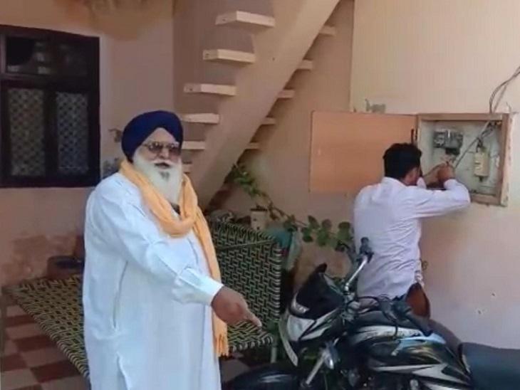 ग्रामीणों ने कर्मचारी को घेरकर कहा- CM चरणजीत चन्नी ने कहा है, किसी का कनेक्शन नहीं काटा जाएगा; दोबारा जुड़वाया|जालंधर,Jalandhar - Dainik Bhaskar