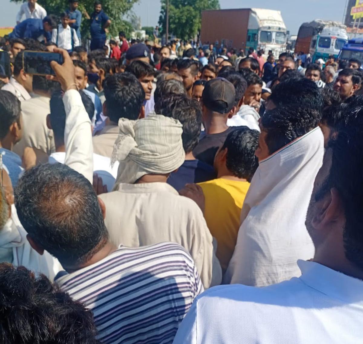 वाहन की टक्कर से बाइक सवार की मौत, गुस्साए ग्रामीणों ने लगाया जाम|पलवल,Palwal - Dainik Bhaskar