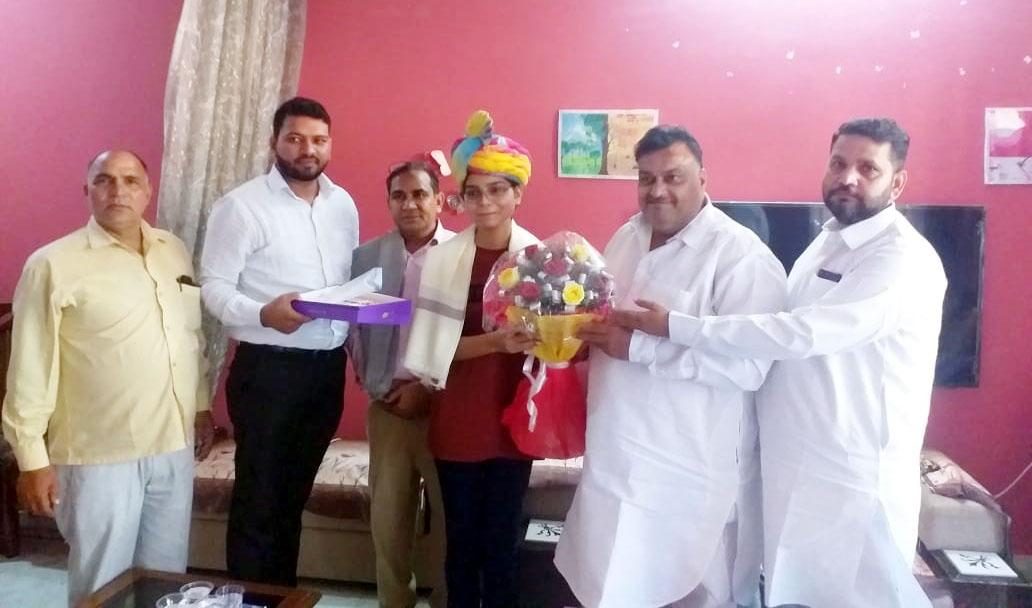 सौम्या आनंद सम्मान करते कांग्रेस नेता। - Dainik Bhaskar