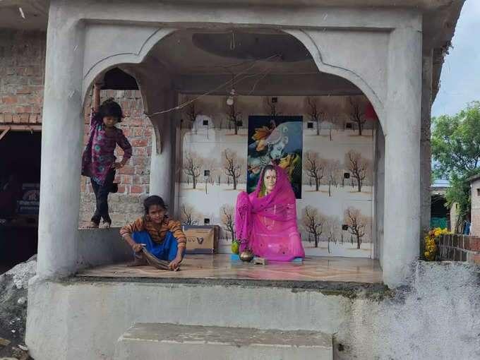 घर के बाहर बने मंदिर में लगी गीताबाई की प्रतिमा। मंदिर में साफ-सफाई से लेकर पूजा-पाठ का विशेष ध्यान रखा जाता है।