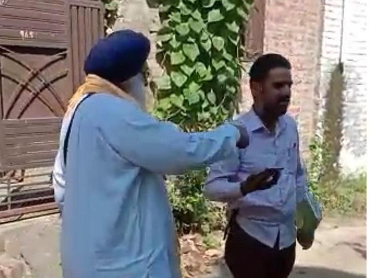 कनेक्शन काटकर जाते कर्मचारी को घेरते ग्रामीण।