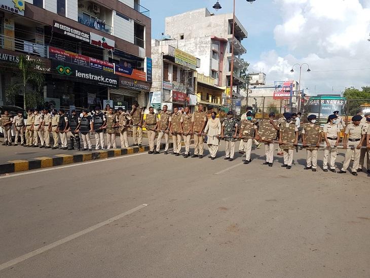 पुलिस भी बंद करने के लिए चौक पर खड़ी मुस्तैद खड़ी थी।