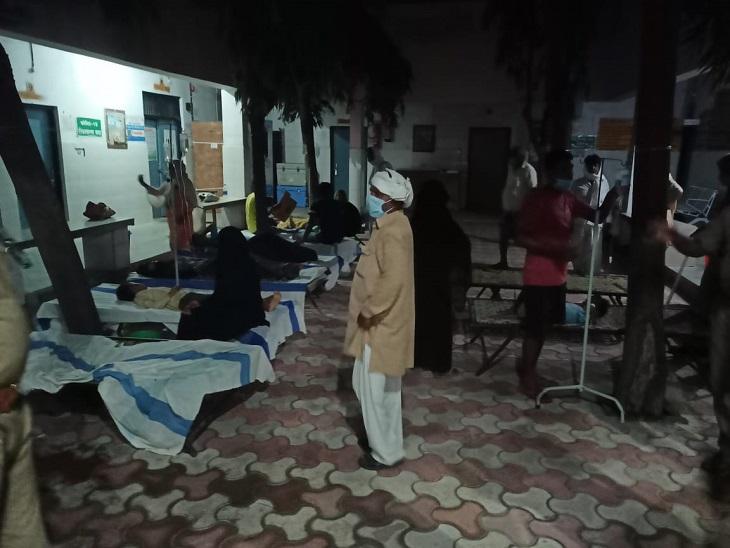 आजमगढ़ के मुबारकपुर में डायरिया फैलने से बीमार लोगों का कुछ इस तरह से चल रहा इलाज।