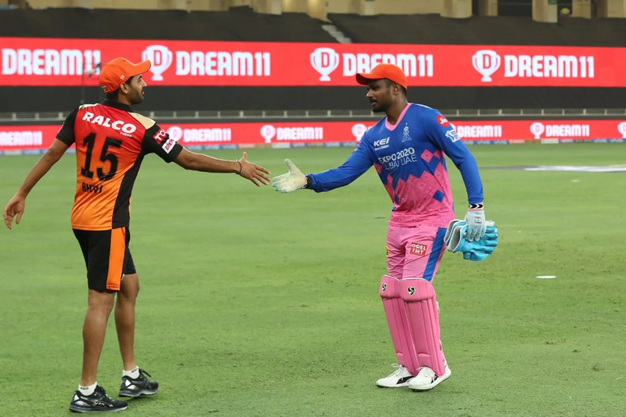और ये मैच खत्म होने के बाद का वह लम्हा है जब राजस्थान रॉयल्स हार चुकी थी और कप्तान संजू विपक्षी टीम से हाथ मिला रहे थे। इस दौरान आप भुवनेश्वर के चेहरे पर मुस्कुराहट देख सकते हैं। असल में ये एकदम वैसा ही था कि- हम डूबे तो हैं सनम, तुमको भी ले डूबेंगे।