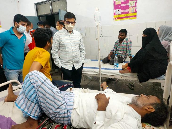 आजमगढ़ जिले के मुबारकपुर में डायरिया फैलने की सूचना के बाद अस्पतालों का निरीक्षण करते जिले के DM राजेश कुमार। - Dainik Bhaskar