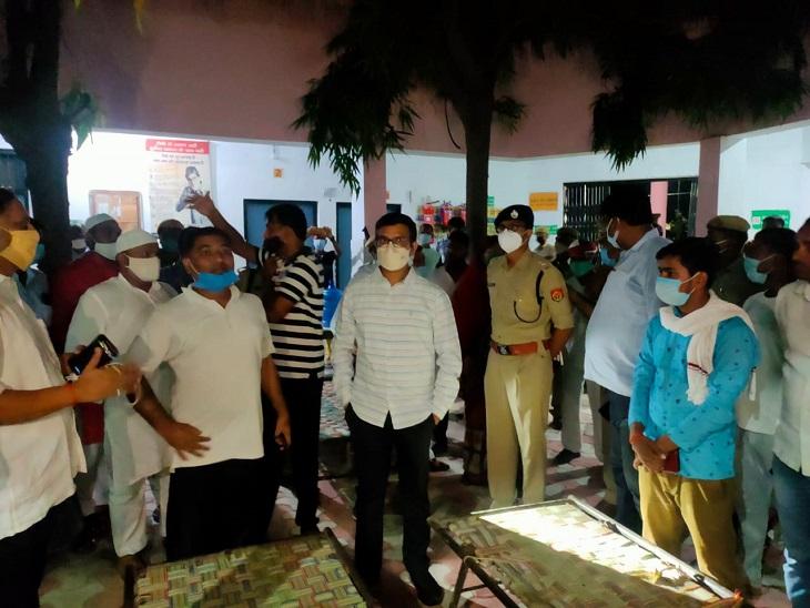 आजमगढ़ जिले के मुबारकपुर में डायरिया फैलने की जानकारी मिलने के बाद पहुंची अधिकारियों की टीम व स्थानीय जनता।